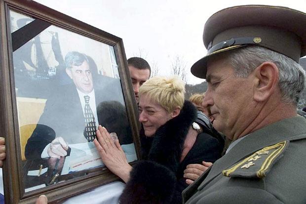 """Photo of """"SUMNJAM DA JE UBISTVO MOG OCA ZATAŠKANO"""" Sin Pavla Bulatovića, ministra odbrane SRJ ubijenog prije tačno 20 godina"""