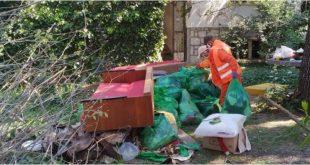 """Radnici podgoričke """"Čistoće"""" očistili Šomijevu kuću i dvorište (FOTO)"""