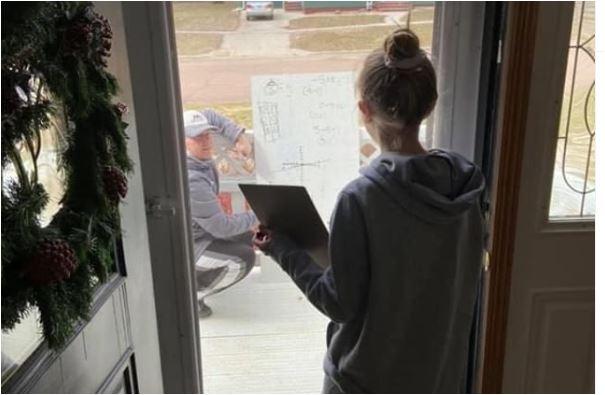 Photo of KORONA RAĐA HEROJE: Nastavnik došao ispred kuće učenice, i na tabli objasnio zadatak!