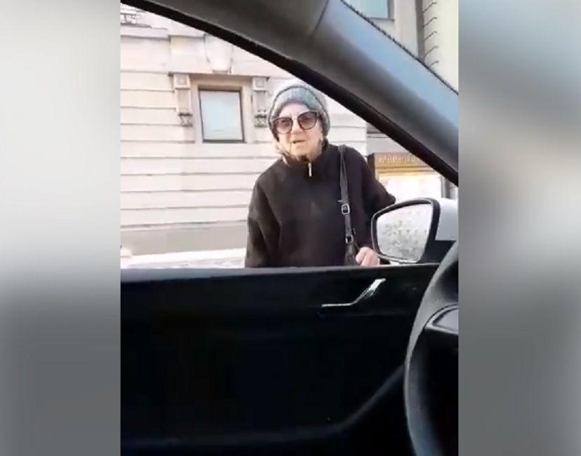 """Photo of """"OPET NIJE KOD KUĆE"""" Baka Olivera postala popularna nakon kršenja zabrane izlaska zbog """"ČASA ENGLESKOG"""""""