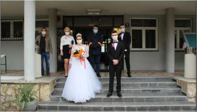Photo of LJUBAV POBIJEDILA KORONU: Vjenčali se pod maskama, u inat epidemiji (FOTO)