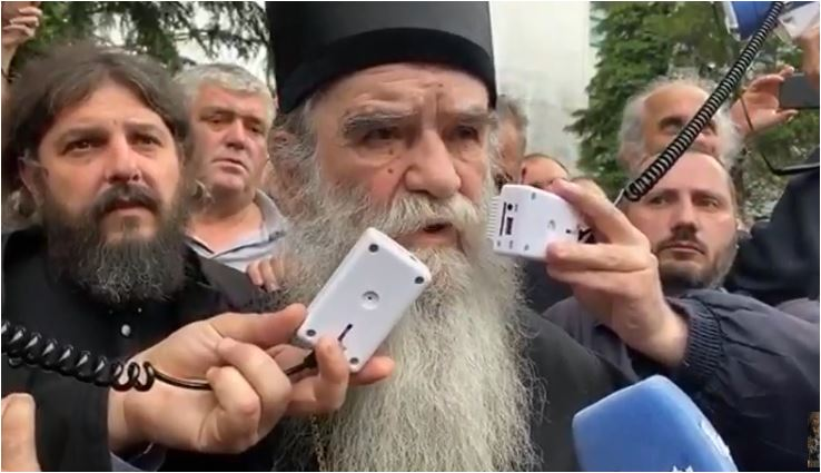 Photo of AMFILOHIJE ISPRED NIKŠIĆKOG SUDA: Ako misle za budućnost Crne Gore, moraju odmah osloboditi Joanikija i sveštenike (VIDEO)