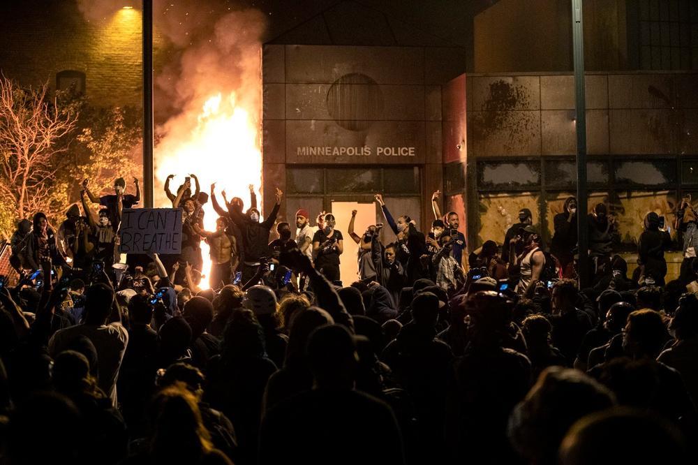 Photo of MINEAPOLIS GORI, BIJES SE ŠIRI AMERIKOM: Demonstranti pale i razbijaju sve što im padne pod ruku (VIDEO)