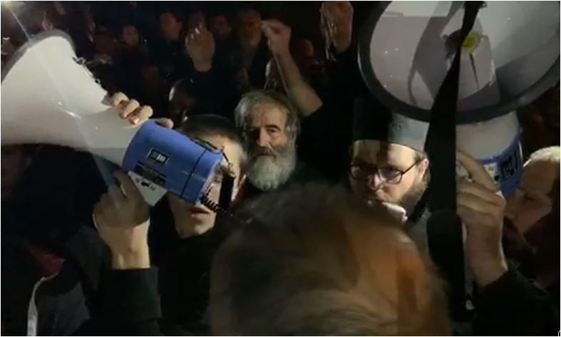 """Photo of JOANIKIJE I SVEŠTENICI OSLOBOĐENI: Građani skandirali """"Dobro došao vladiko"""""""
