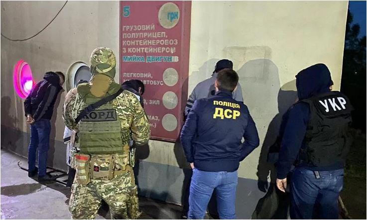 Photo of UHAPŠENI NAPADAČI NA RADOJA ZVICERA: Srbin, Crnogorac i Makedonac osumnjičeni da su ispalili PET HITACA u šefa kavačkog klana u Kijevu (FOTO)