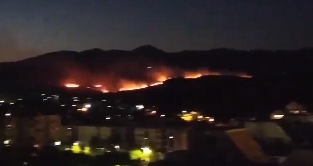 Photo of PODGORICA: Požar na Veljem brdu prijeti kućama, vatrogasci na terenu