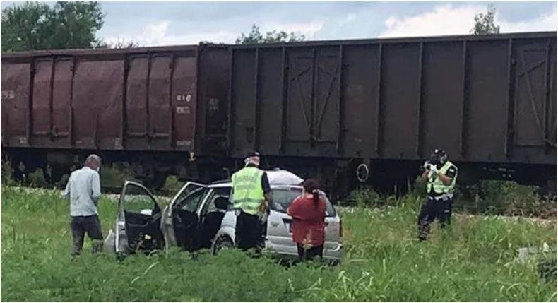 """Photo of TRAGEDIJA NA PRUŽNOM PRELAZU U SRBIJI: Teretni voz """"pokupio"""" automobil, poginuli roditelji, djeca povrijeđena"""