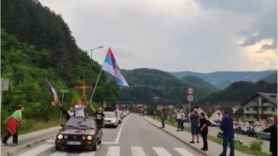 """Photo of LITIJA U KOLAŠINU ZAUSTAVLJENA, POLICIJA BLOKIRALA PUT: Pregovara se sa načelnikom policije, litijaši skandiraja """"Ustala je Crna Gora…! (VIDEO)"""