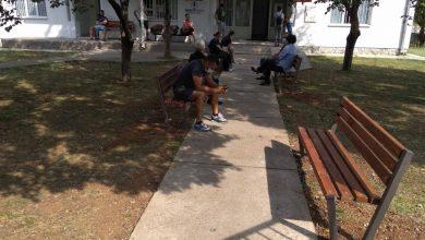Photo of PODGORICA: Zelenilo postavilo nove klupe ispred Kovid ambulante u Tološima
